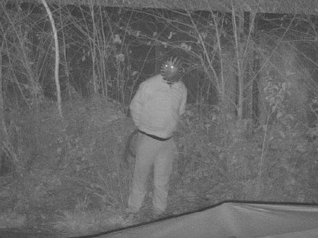 Policisté pátrají po muži zkamerového záznamu.