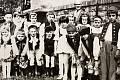 Žáci v národních krojích na dožínkách ve Vlastějovicích v roce 1954.