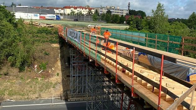 Z výstavby mostu, který bude nad silničním obchvatem města součástí cyklostezky mezi Čáslaví a Filipovem.