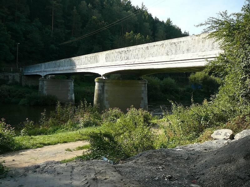 Starý most přes řeku Sázavu v Kácově.