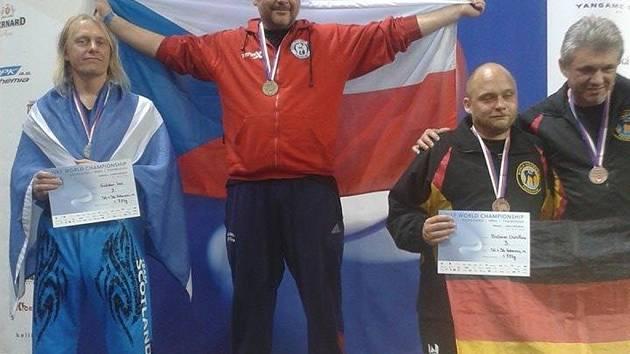 Mistr světa v kickboxu Petr Valdman (uporstřed).