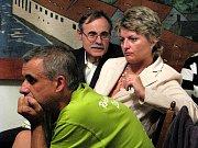 Na tvářích rodičů dětí z kácovské školy je vidět nervozitu a obavy.