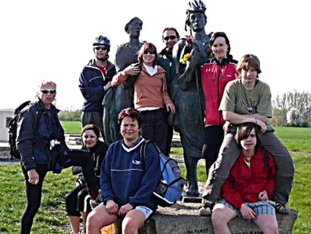Cyklilsté se zastavili u pomníku Slavníkovců v Libicích nad Cidlinou.