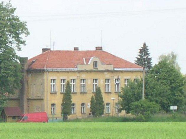 Školní budova v Nepoměřicích.