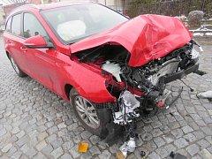 Řidič vozidla Ford Puma utrpěl lehká poranění.