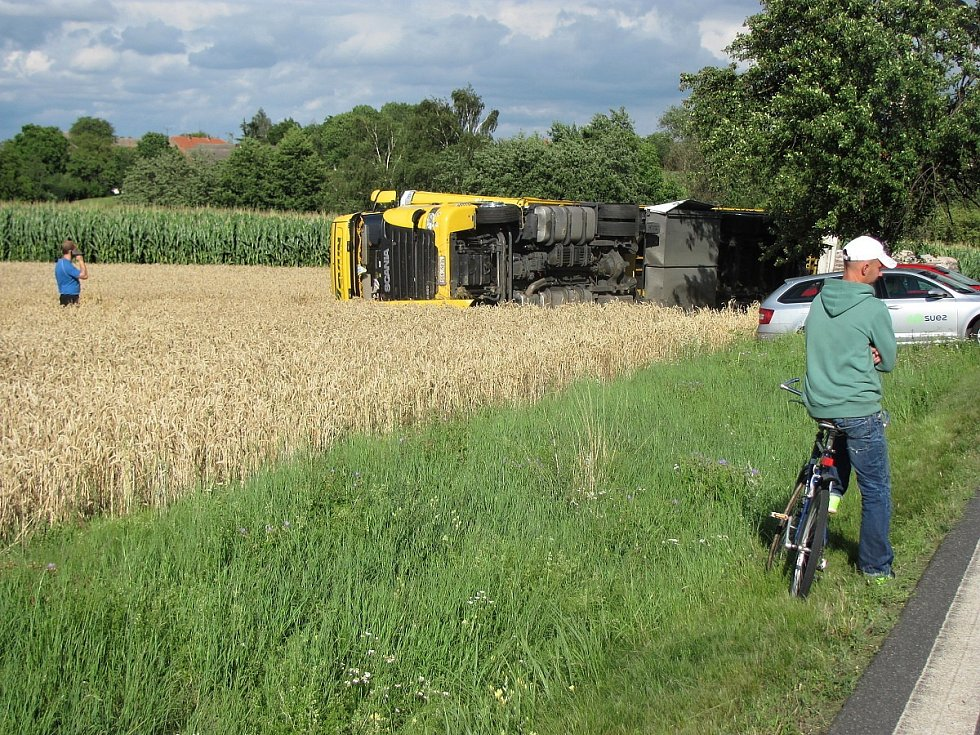 Dopravní nehoda na silnici I/2 u Suchdola: v poli převrácený kamion ve směru na Prahu.
