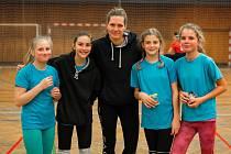 Volejbalistka Kateřina Hanušová (uprostřed) se svými svěřenkyněmi v TJ Sparta Kutná Hora.