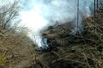 Navzdory nedávnému požáru se z pasek v okolí obce Polipsy ve čtvrtek kouřilo dál.