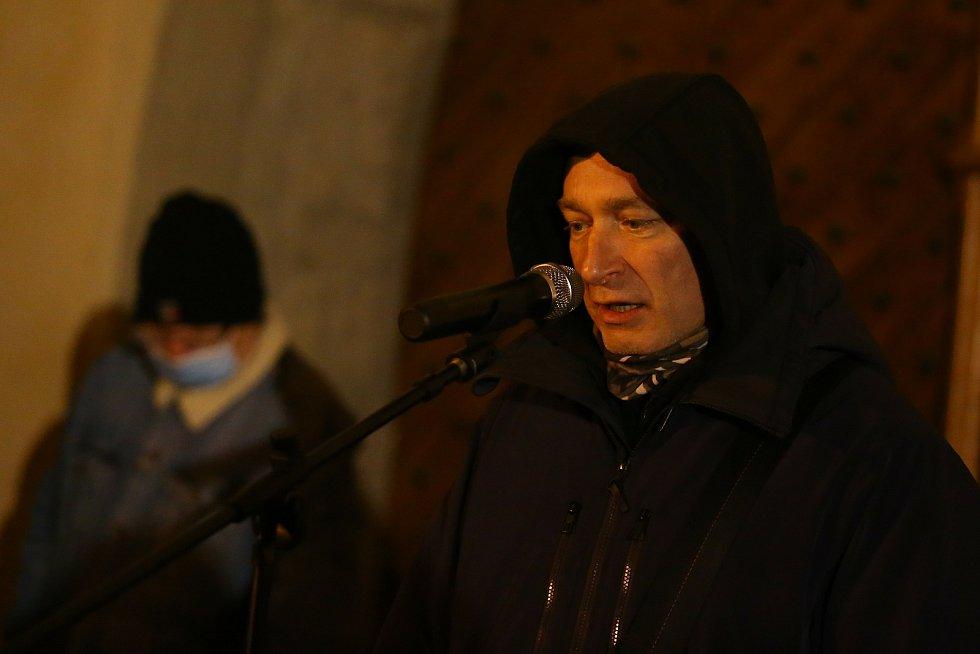Z improvizovaného mítinku Daniela Landy  před Vlašským dvorem v Kutné Hoře.