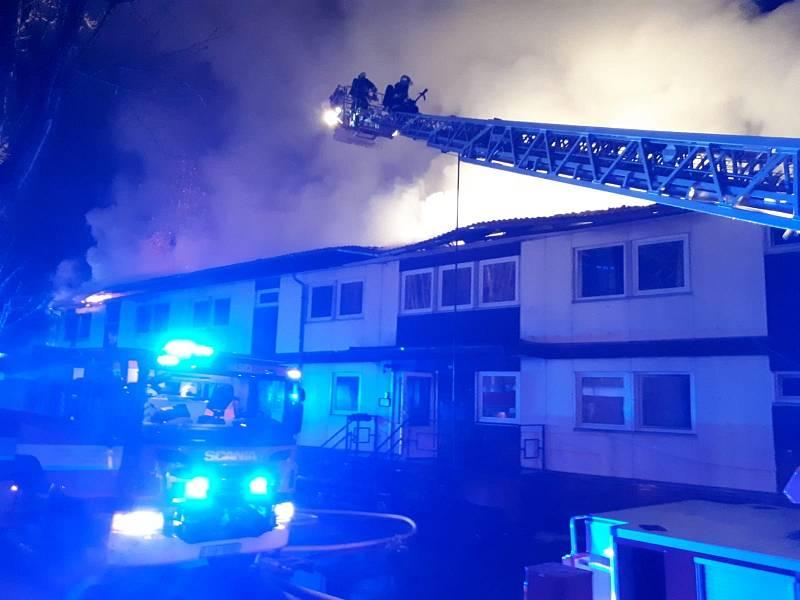 Jedenáct jednotek vyjelo k požáru ubytovny v kutnohorské části Sedlec 1.ledna 2021 ve večerních hodinách..