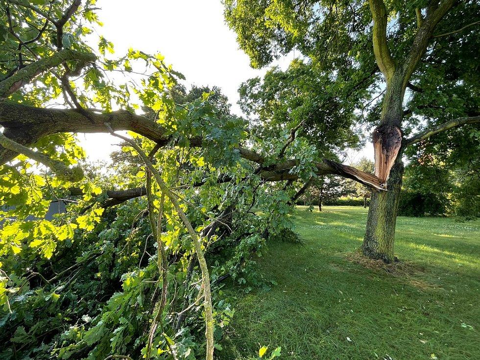 Následky bouřky v noci na čtvrtek 24. června 2021 v Hlízově.