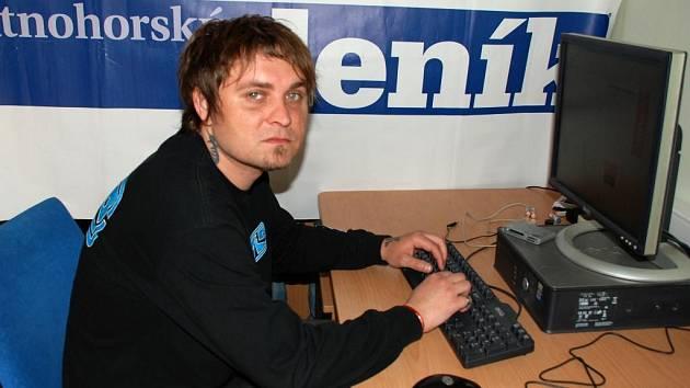 Lukáš Dvořáček, baskytarista skupiny Emoce.