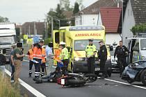 Z nehody motocyklu a osobního vozu v Církvici na Kutnohorsku