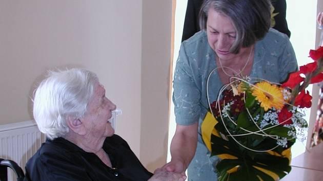 S první gratulací přišla ředitelka domova důchodců Mária Klailová.