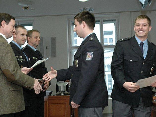 Strážmistr Jan Kalousek převzal pamětní list a gratulaci k životnímu rozhodnutí od hejtmana Davida Ratha a představitelů krajského policejního ředitelství.