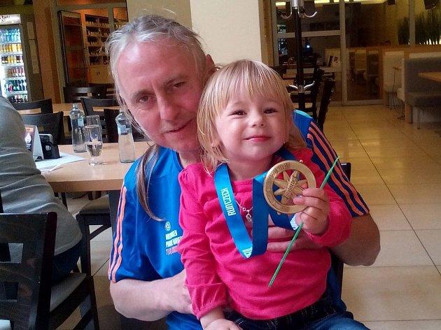 Běžec a fobalový rozhodčí Josef Havránek z Bratčic se svou dcerou, které věnoval medaili z pražského maratonu, který se běžel 7. května 2017.