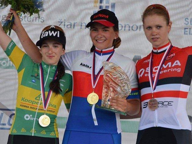 Kamila Janů (uprostřed) vyhrála silniční závod juniorek na MČR.