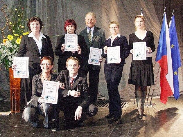 Ocenění za čtvrté místo převzala Ivana Vopálková (stojící druhá zleva), jednatelka Průvodcovské služby Kutná Hora.