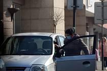 Test Deníku: Nosí lidé roušky či respirátory v ulicích měst?