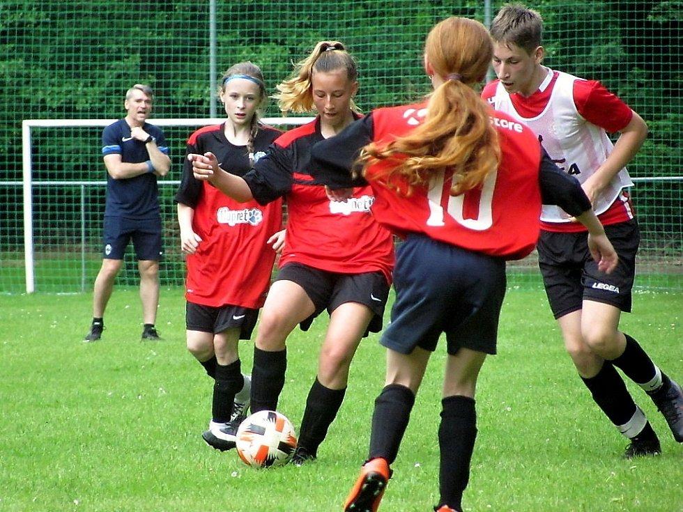 Fotbalový přípravný zápas mladších žáků: AFK Bratčice - FK Čáslav dívky 11:5 (6:0).