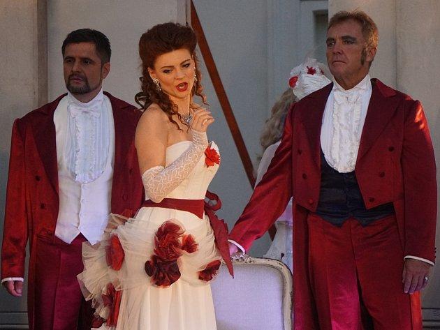 La Traviata na nádvoří Galerie Středočeského kraje GASK