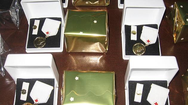 Zlaté medaile profesora Jana Janského za čtyřicet bezpříspěvkových odběrů krve.