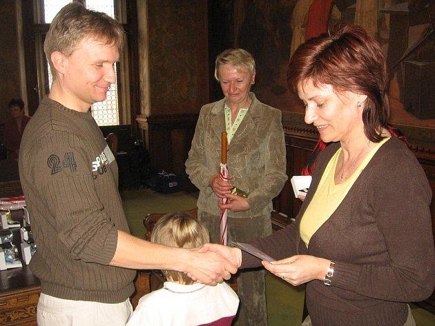 Zlatou medaili profesora Jana Janského za čtyřicet bezpříspěvkových odběrů krve převzal ve Vlašském dvoře také Pavel Lněnička z Čáslavi.