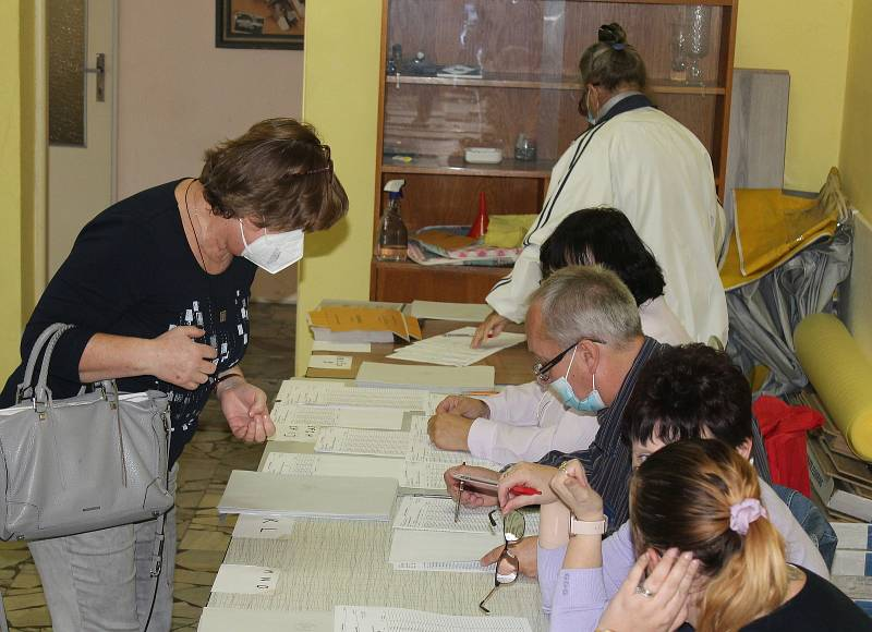 Parlamentní volby v kuželně v Kutné Hoře.