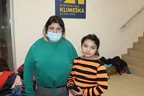Dočasný azyl našla paní Eva spolu s ostatními ve sportovní hale Klimeška. Na snímku s dcerou.