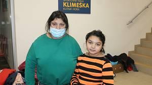 Dočasný azyl našla paní Eva spolu s ostatními ve sportovní hale Klimeška