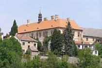 Zámek a jeho stálé expozice v Ratajích nad Sázavou.