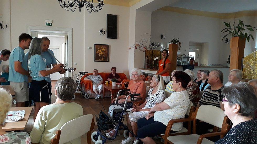 Aktivizační činnosti zde mají na starosti také dobrovolníci.
