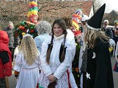 Masky a pohádkové bytosti chodily po Hostovlicích.