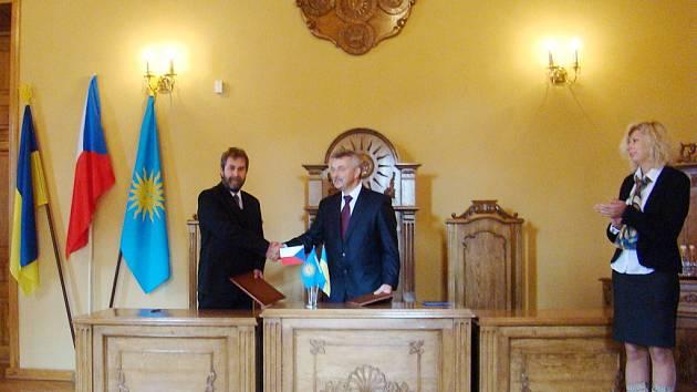 Starostové Ivo Šalátek (vlevo) a Anatojil Nesťeruk podepsali smlouvu o partnerství měst Kutné Hory a Kamence Podolského.