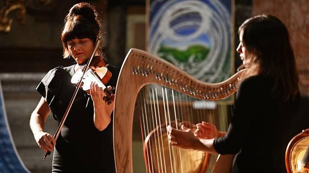 Z koncertu hudebního dua Deliou v kostele sv. Jana Nepomuckého v Kutné Hoře.