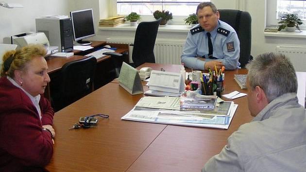 Okresní policejní ředitelka Blanka Matějů v kanceláři vedoucího zručského obvodního oddělení Zdeňka Smejkala.