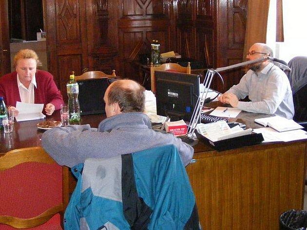 Okresní policejní ředitelka Blanka Matějů na zasedání mikroregionu Posázavský kruh v kanceláři zručského starosty Martina Hujera.