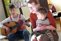 Angličtinu hravou formou se učí děti v Centru denní péče Semínka ve Voršilském klášteře v Kutné Hoře.