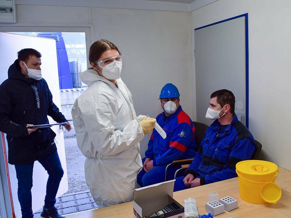 Testování zaměstnanců na přítomnost koronaviru ve společnosti Goldbeck Prefabeton ve Vrdech.