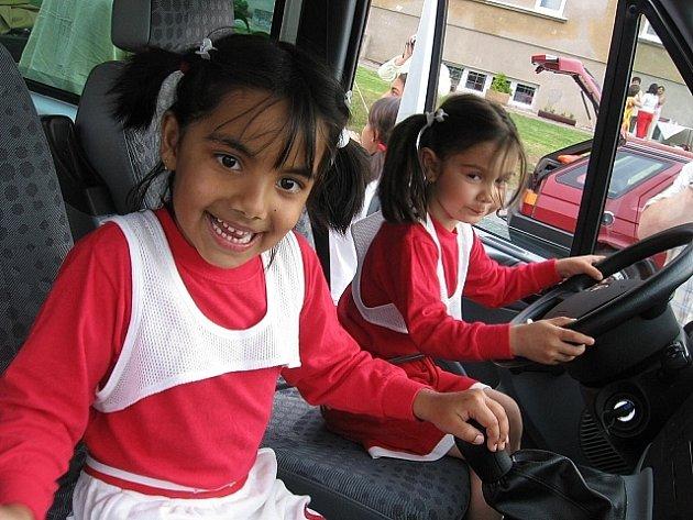 Exkurze děvčat v novém vozidle.