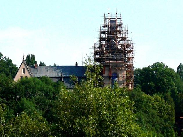 Zručskou zámeckou věž zatím skrývá lešení.