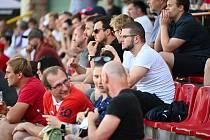 Fanoušci našich fotbalistů na stadionu v kutnohorském Lorci.