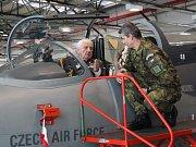 Generálmajor Emil Boček vkokpitu letounu L-159 ALCA (vlevo) diskutuje spodplukovníkem Markem Pažúrem.