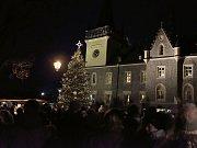 Ve Zruči nad Sázavou rozsvítili vánoční strom .