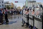 Policisté zasahovali proti demonstraci v barmském městě Mandalaj, 9. února 2021.