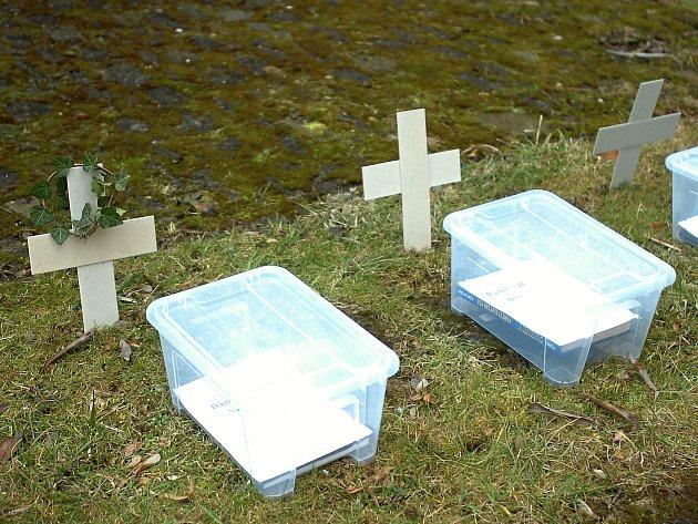 Lidé hned po otevření hřbitova knih na zahradě kutnohorské knihovny začali zachraňovat jednotlivé publikace.