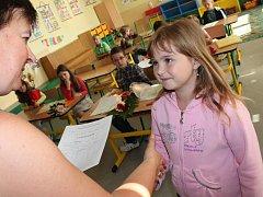 Předávání vysvědčení v prvních třídách Základní školy Jana Palacha v Kutné Hoře.