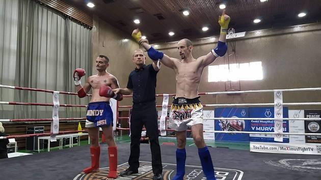 Peter Molnár (vpravo) po vyhraném kickboxerském zápase.