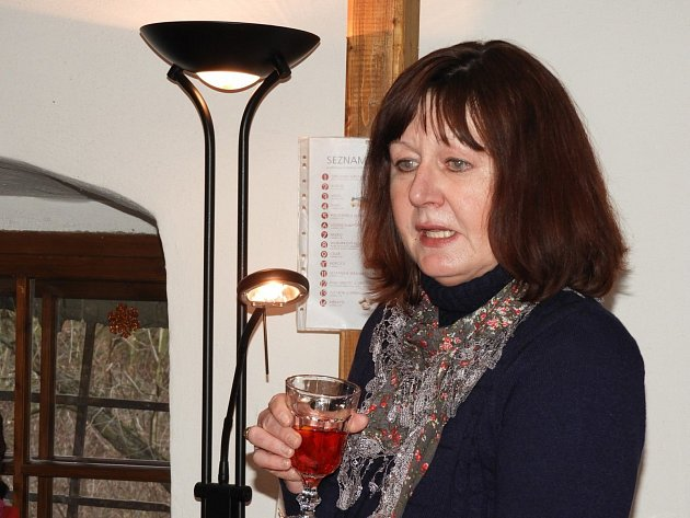 Spisovatelka Jaroslava Hofmanová potěšila přítomné na adventní literární kavárně.