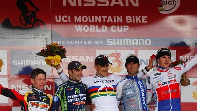Jaroslav Kulhavý (úplně vpravo) na stupních vítězů v rakouském Schladming
